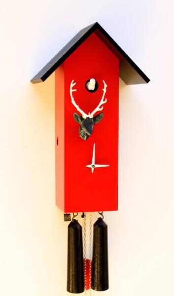 Moderne Kuckucksuhr mit Hirschkopf und 8 Tage Laufwerk rot/schwarz/weiss